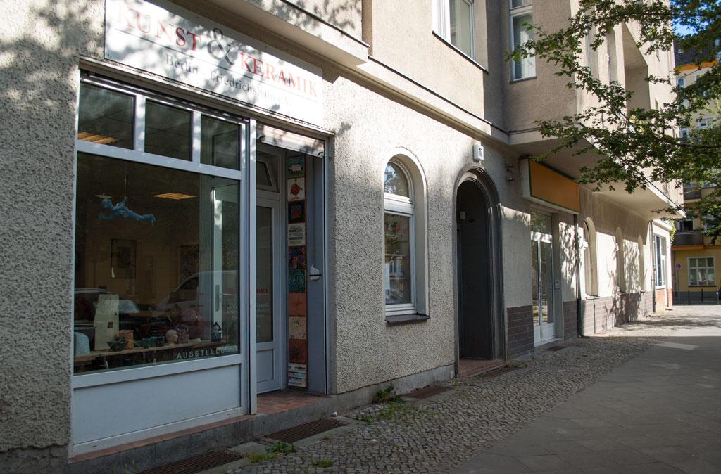 Sicht auf die Ladenfront von der Müggelstraße